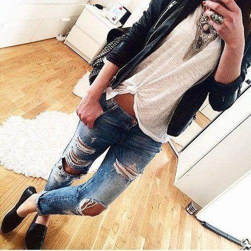 džínsy s dírami na kolenou