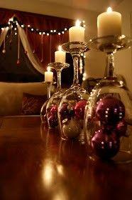 umgedrehte Weingläser mit Kerzen