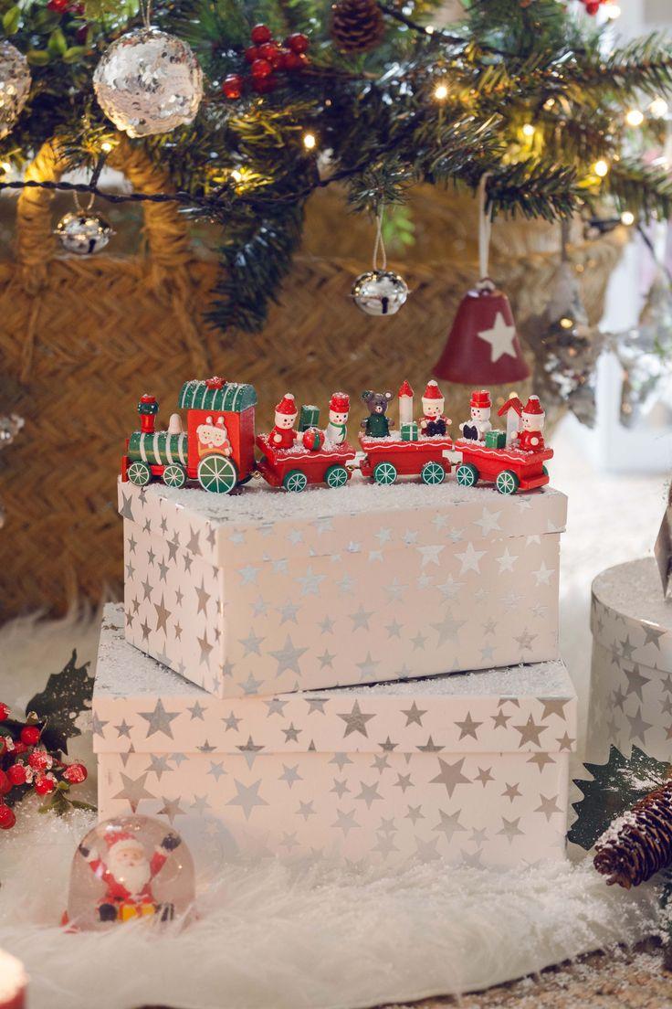 Detalles que hacen de la Navidad un momento de recuerdos y traslado a la infancia #muymucho #navidad #decoración #hogar #familia #tren #juguetes #vintage #cajas #estrellas #plata #árbol