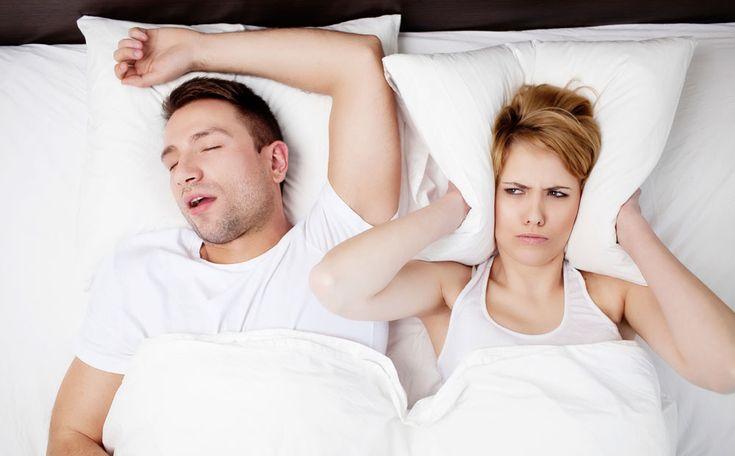 Ben je zo moe dat je overdag wel eens in slaap sukkelt? Klaagt je geliefde dat je zo snurkt en ligt te woelen? Misschien is de oorzaak slaapapneu, een aandoening die je de halve nacht uit je diepe slaap houdt. Wat is het en wat kun je eraan doen?