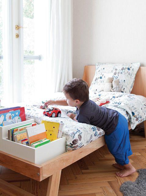 Cuartos de chicos en clave cálida y contemporánea: cama en madera patagónica con boxes en la piecera para libros. Foto: Javier Picerno