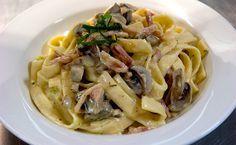Ταλιατέλες, μπέικον ή ζαμπόν και μανιτάρια σε σάλτσα με κρέμα τυριού. Μια εύκολη και γρήγορη συνταγή για ένα πεντανόστιμο, χορταστικό φαγητό για όλη την οι