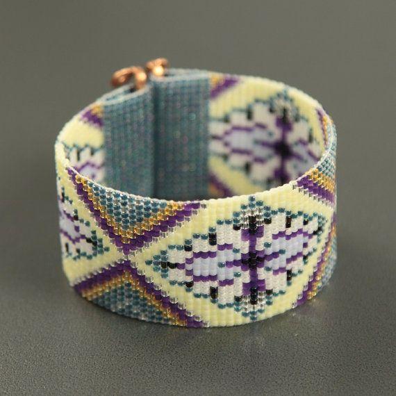 Ce bracelet patrimoine Hill perles sur métier à tisser a été inspiré par tous les beaux Native et Latin American motifs que je vois autour de moi à Albuquerque, Nouveau-Mexique. Comme avec toutes mes pièces, j'ai créé il sur un métier à tisser de perle avec grand soin et attention aux détails.  Remarque importante : S'il vous plaît mesurer votre poignet avant le placement de commande, pour assurer un ajustement adéquat. Ces bracelets ne sont pas réglables.  Les perles utilisées dans cette…