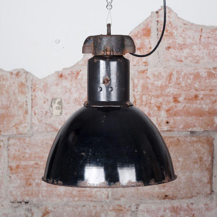 Patinoitunut emalipäällysteinen tehdasvalaisin, klassikkomalli. E27 lampunkanta, sähköt uusittu sähköammattilaisen toimesta. #habitare2014 #design #sisustus #messut #helsinki #messukeskus