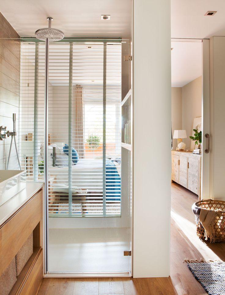 El baño Mobiliario diseño de Sacum. Sobre la encimera, jarrón de cristal de Távola.