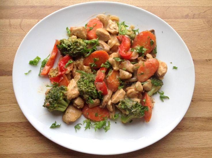 Wok er en rask & enkel middagsfavoritt som kan varieres i det uendelige.Med magert kjøtt, masse grønnsaker og heimelaga woksaus blir det en sunn & næringsrik middag. Det er ingen fasit på kva en wok skal inneholde, men eg tenkte å gi dere oppskriften på min absolutt favorittwok. Kyllingfilet er det kjøttet eg liker best …