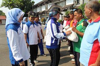 Koran Online Pekalongan Dan Sekitarnya: HUT PGRI, 40 Penjaga Sekolah Terima Bantuan Paket Sembako