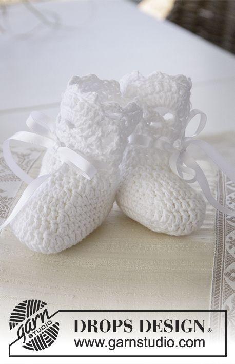 Heklede tøfler med viftekant til dåp eller navnefest i DROPS Safran. Størrelse 15 - 23 Gratis oppskrifter fra DROPS Design.