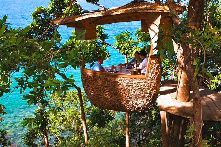 www.trippics.com | O restaurante do resort Soneva Kiri, na ilha Koh Kood da Tailândia, é pra quem não tem medo de altura! Nele você come a quase 5 metros do chão e é servido por garçons que chegam de tirolesa.