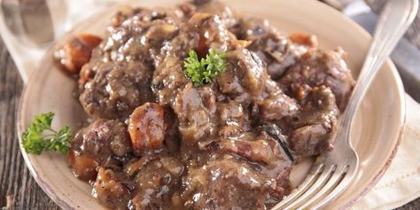 Lo spezzatino di cinghiale in umido è un piatto saporito e sicuramente adatto alla stagione invernale. Scopriamo insieme la ricetta!