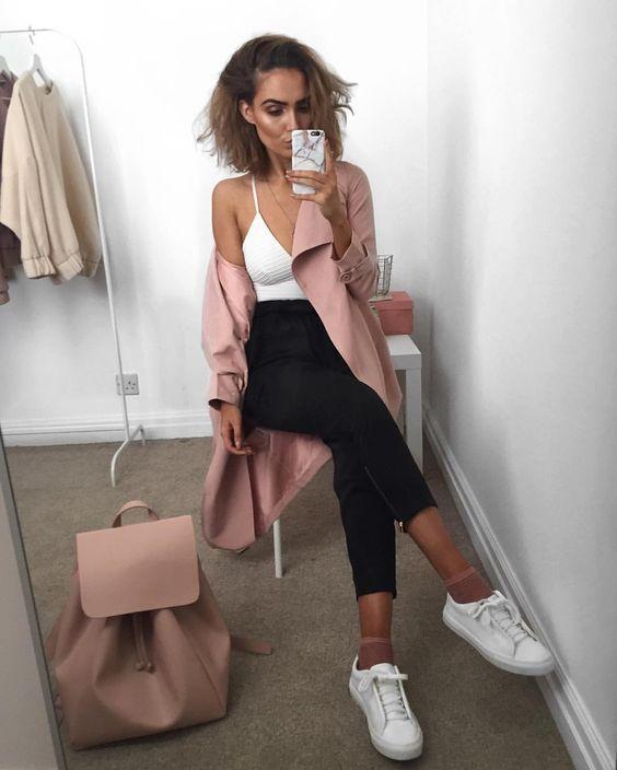 Meia aparente: o detalhe mais cool do momento Maxi casaco rosa, blusa de alça branca, calça joggign preta, meia nude, tênis branco