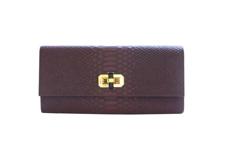 Poison Ivy 1D clutch bag #clutchbag #taspesta #handbag #clutchpesta #fauxleather #kulit #snakeskin #kulitular #animalprint #persegi #fashionable #simple #colors #darkbrown Kindly visit our website : www.zorrashop.com