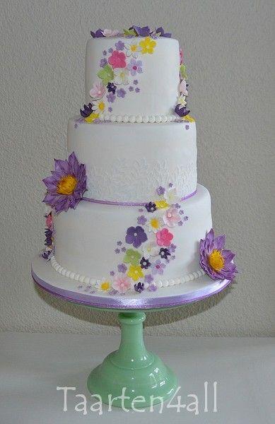 Bruidstaart met een paarse waterlelie