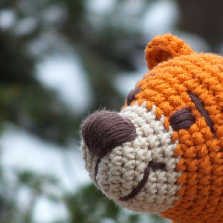 Pomerančová sezóna... Originální háčkovaný medvěd zbéžové(55% akryl, 45% bavlna) asytě oranžovésilnější kvalitní příze (100%bavlna - Paris/Drops). Obličej je vyšitýhnědou bavlněnoupřízí, na bříšku má autorskouvýšivkus motivem stonků. VýplňPES kuličkové rouno (duté vlákno), výška sedícího medvídka je asi22 cm. Doporučuji šetrné ...