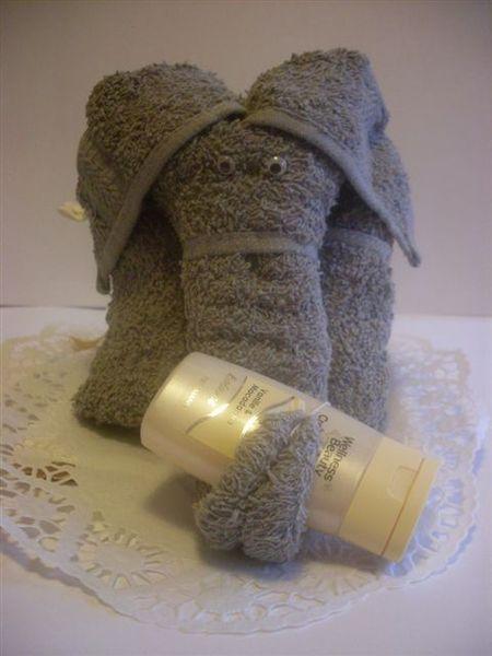 Schenken mal anderes ! Besondere Geschenke für Menschen die schon alles haben. Ein Elefant aus Handtuch mit der Größe 24 x 15 cm.    Auf Wunsch auch m