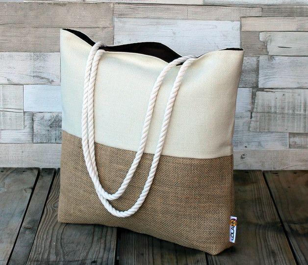 Bolso de playa realizado en tela de saco y lona de algodón. El forro interior es de algodón con bolsillo múltiple, y las asas son de cordón de algodón. Tiene el tamaño ideal para llevarlo a la...