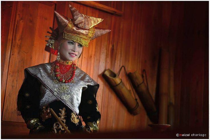 """""""""""GADIH MINANG"""" 3 Seorang gadis Minang lengkap dgn pakaian adat khas Minangkabaunya. Follow @telkomsel_merahputih ikutan Jumat Ceria Telkomsel Tema Model…"""""""