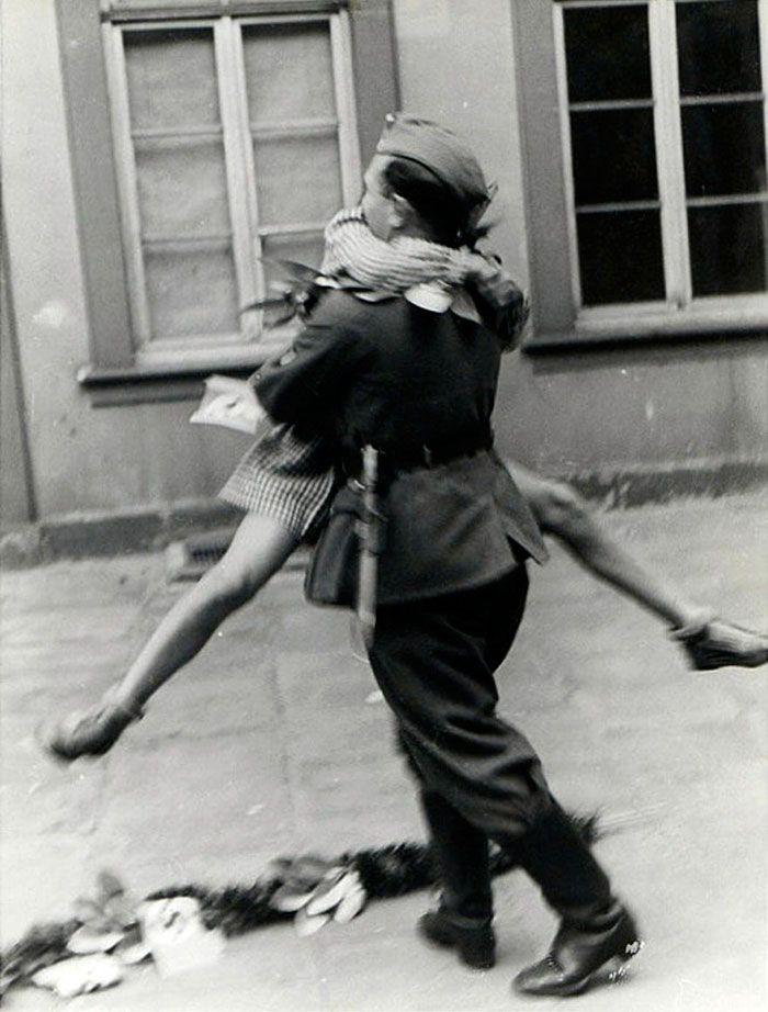 Un soldado regresa a casa por un permiso, en 1940