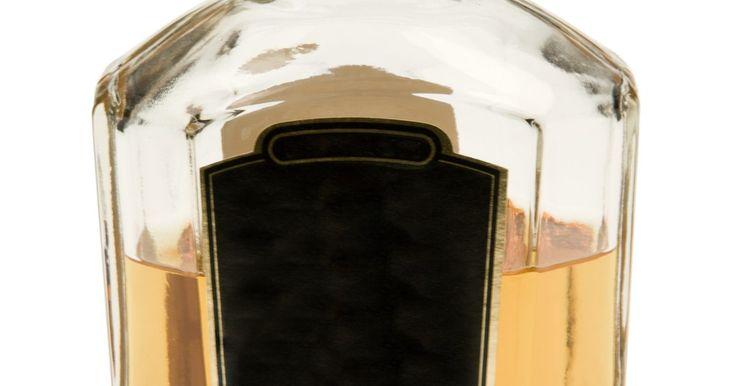Cómo determinar la edad de una botella de Jack Daniels. Jack Daniel comenzó a hacer su whisky de mezcla ácida Old No. 7 en una destilería en Lynchburg, Tennessee, en 1866. Jack Daniel's es la destilería más antigua registrada en el país. La compañía ha producido muchas botellas diferentes para su whisky y las botellas antiguas son altamente codiciadas por los coleccionistas. Conocer algunos ...
