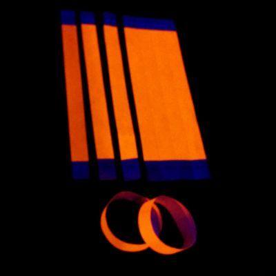 Pulseras de papel fluorescentes Tyvek para identificación y control en eventos.