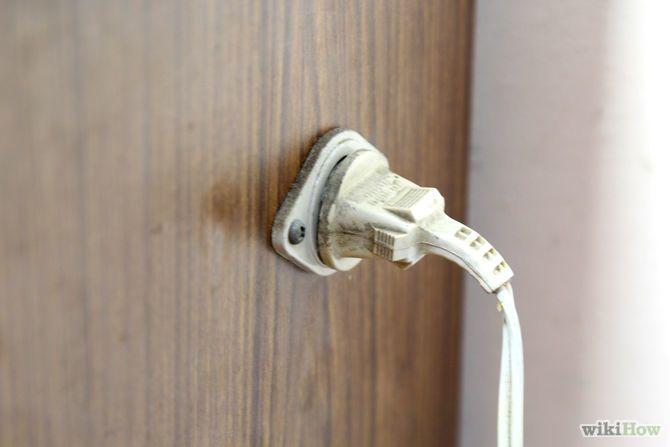 Step 19-Attacca la macchina alla corrente e accendila. Molte macchine per cucire hanno una luce incorporata, che spesso è un buon modo per capire se è alimentata. L'interruttore dell'alimentazione, se esiste, di solito è sul lato destro o sul retro della macchina. Alcune macchine non hanno un interruttore separato, nel qual caso si accendono non appena sono collegate. Collega anche il pedale. Posizionalo in un posto confortevole sotto i piedi.
