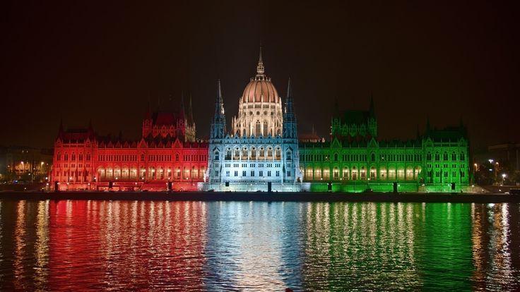 Parlament / Hungarian Parliament - The building of the Hungarian Parliament on the occasion of national holiday of the national flag in the color illuminated. In October 2009, ------------------ A magyar parlament épületét nemzeti ünnep alkalmából a nemzet zászló színevel világították meg. 2009 októberében