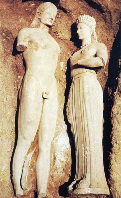 Phrasikleia by Ariston of Paros and Kouros, lifesize,550 B.C.Found at Merenda Attica,1972.The base's front bears an inscription with the name of the deceased Phrasikleia:ΣΗΜΑ ΦΡΑΣΙΚΛΕΙΑΣ·ΚΟΡΗ ΚΕΚΛΗΣΟΜΑΙ ΑΙΕΙ ΑΝΤΙ ΓΑΜΟΥ ΠΑΡΑ ΘΕΩΝ ΤΟΥΤΟ ΛΑΧΟΥΣ' ΟΝΟΜΑ.Grave marker of Phrasikleia.I shall ever be called maiden,the gods allotting me this name in place of marriage.The left side of the base preserves an inscription with the name of the sculptor,ΑΡΙΣΤΙΩΝ ΠΑΡΙ[ΟΣ Μ' ΕΠ]Ο[Ε]ΣΕ (Aristion of Paros made…