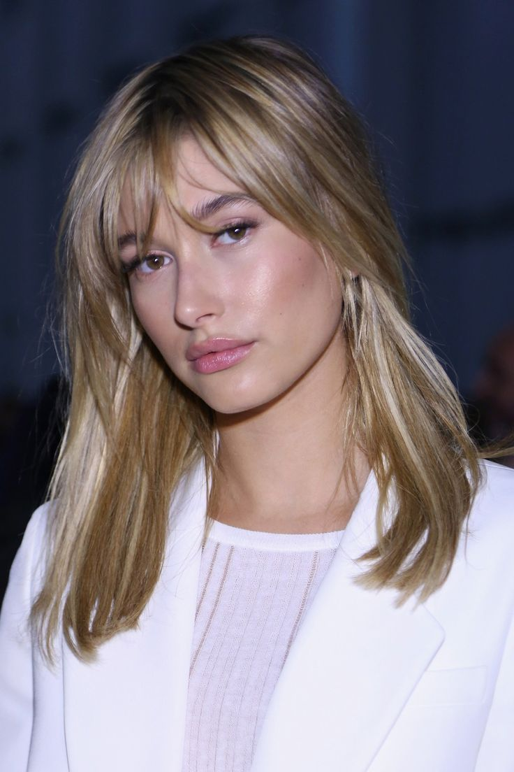 This may be our favorite hairstyle on model Hailey Baldwin yet. We love the sleek blonde hair with soft, piecey bangs – plus, the face-framing layers really make her cheekbones pop.