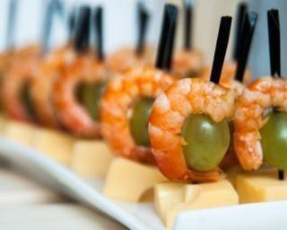 Mini-brochettes raisin, crevette et emmental : http://www.fourchette-et-bikini.fr/recettes/recettes-minceur/mini-brochettes-raisin-crevette-et-emmental.html