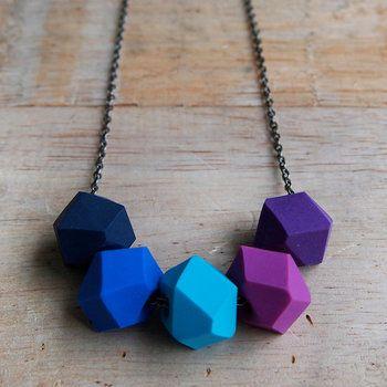 作りやすい形は沢山!多角形にするだけであっという間に可愛いネックレスに変身します。