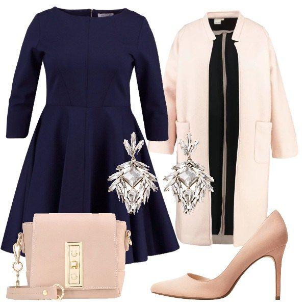 Outfit curvy perfetto per un party elegante, composto da vestito blu navy con gonna a ruota e cappotto leggero rosa chiaro con colletto a bavero, décolleté rosa tenue a punta, borsa a tracolla rosè con dettagli dorati, come gioiello orecchini pendenti oro e cristallo.
