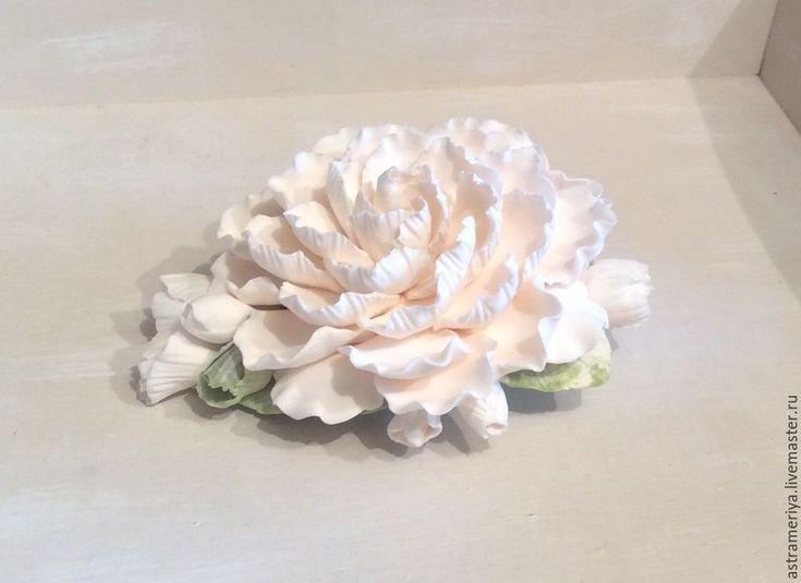 Купить Заколка для волос с цветком пиона полимерная глина - белый, айвори, пастельные цвета