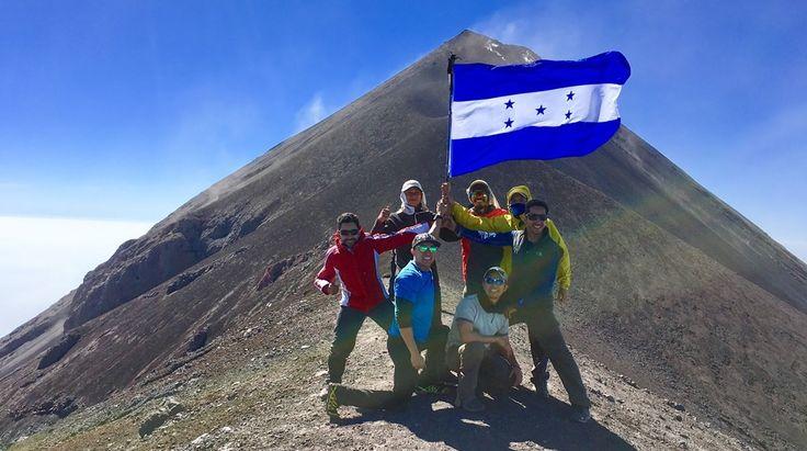 """La bandera de Honduras en lo más alto de """"La Trilogía"""", Guatemala"""
