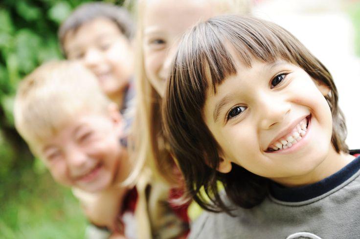 Erken yaşta İngilizce öğrenmenin faydası çocuğun İngilizceyi yetişkinlere göre kolay öğrenebilmesinin yanı sıra erken yaşta İngilizce öğrenen çocuğun, psikolojik açıdan yaşıtlarına göre daha olgun, ilerideki eğitim hayatında da akranlarına göre daha başarılı olmasıdır. Ayrıca yabancı dil öğrenme, çocukların zihni gelişmesine ve toplum içinde daha sosyal olmasına büyük katkı sağlamaktadır. Çocuklar günlük hayatta ikinci dili aktif olarak kullanmadıkları için öğrendiklerini unutsalar bile, ...