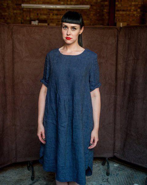 Robe chemise en tissu de lin bleu à rayures de Merchant & Mills est un des patrons fourni dans le livre.