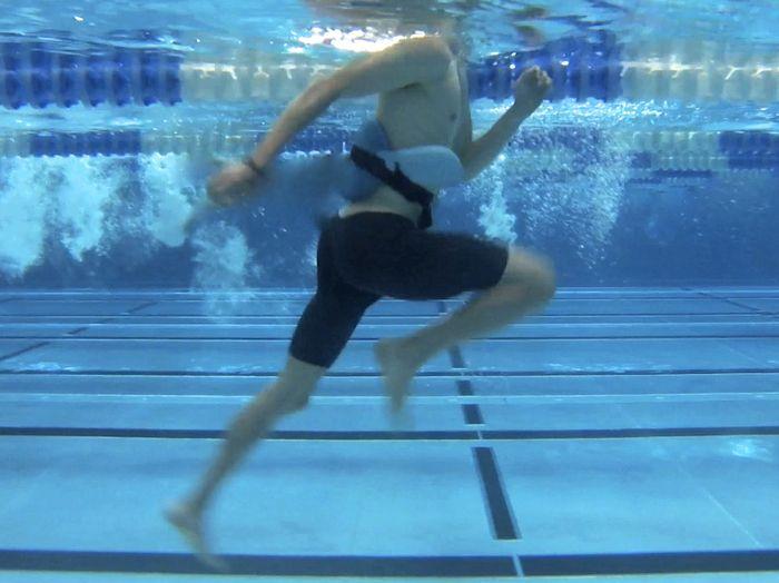 Alternativtraining Teil 2 - Aquajogging /// Das Laufen im Wasser bietet viele Vorteile für die Ergänzung des Lauftrainings, da es der laufspezifischen Bewegungsstruktur sehr nahe kommt. Dabei wird nicht nur die Beinmuskulatur, sondern auch die Arm-, Schulter- und Haltemuskulatur trainiert. In unserem Video erfahrt ihr alles zum Thema Aquajogging: