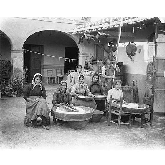Guido Costa (Sassari 1871 - Cagliari 1951): #Campidano, Operazioni di setacciatura della farina nel cortile di un'abitazione tradizionale