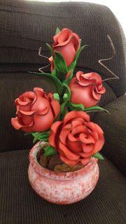Herthal art's: vaso de rosas de e.v.a vermelhas com bordas pretas...