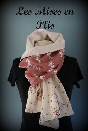 Étole en coton damassé blanc doublé d'un coton vieu rose à fleurs blanches, sur les extrémités un coton à motif floral abstrait.  43cm de large sur 212cm de long.   Une - 19153467