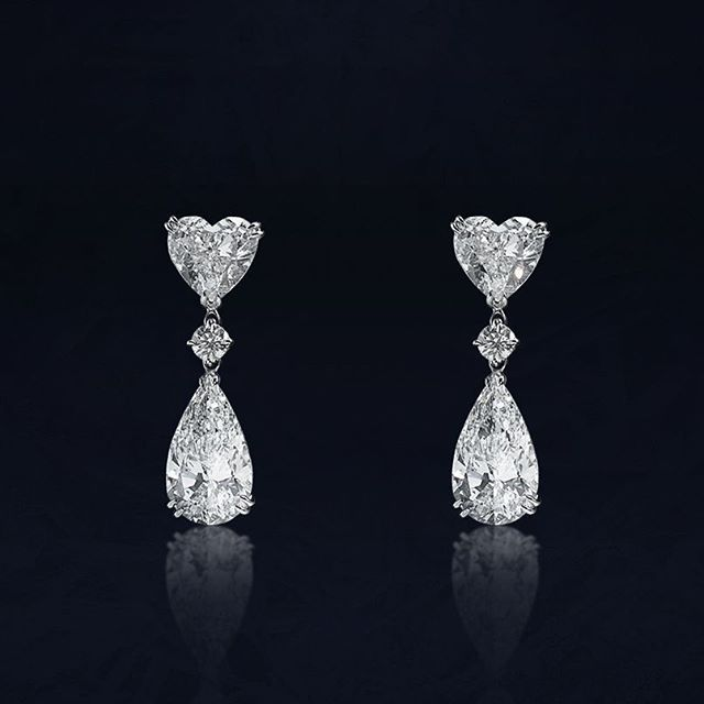 These pendant earrings made of white gold with heart cut diamonds and pear cut…