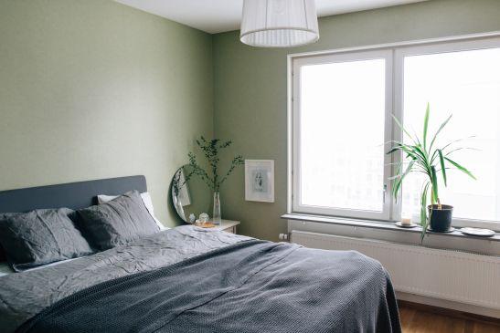 Sovrum grönt grått fönster spegel