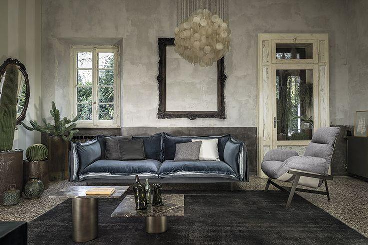 Soggiorno by ARKETIPO FIRENZE. Auto-Reverse divano, Jupiter poltroncina, Petra tavolino, Jadiz-Vintage tappeto.