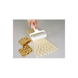 Rodillo fabricado en plástico alimentario, se utiliza para realizar rombos (enrejado) en la masa. Apto para lavavajillas
