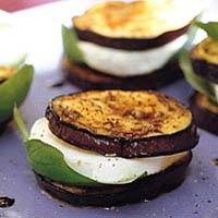AUBERGINE MOZZARELLA HAPJES  1 aubergine + 3 eetlepels olijfolie 1/2 eetlepel balsamicoazijn 1 bol (buffel)mozzarella 1/2 zakje verse basilicum (a 15 g)  Bak de aubergine, maak hamburgertjes van aubergine met daartussen een mozzarellaplakje en basilicum