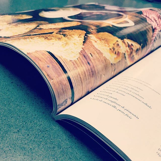 Cuando una revista está bien hecha, se nota. Cuando los pliegos interiores estan a favor de fibra, la revista se abre bien, y ademas no se ve arrigada. Un pliego a contrafibra puede producir arrugas al momento de la encuadernacion, y es mas dificil abrir el producto.    #impresionoffset #imprenta #impresion #magazine #revista #papeles #lovepaper #datodeimprenta #sabiasque #calidad #aimpresores #felizjueves