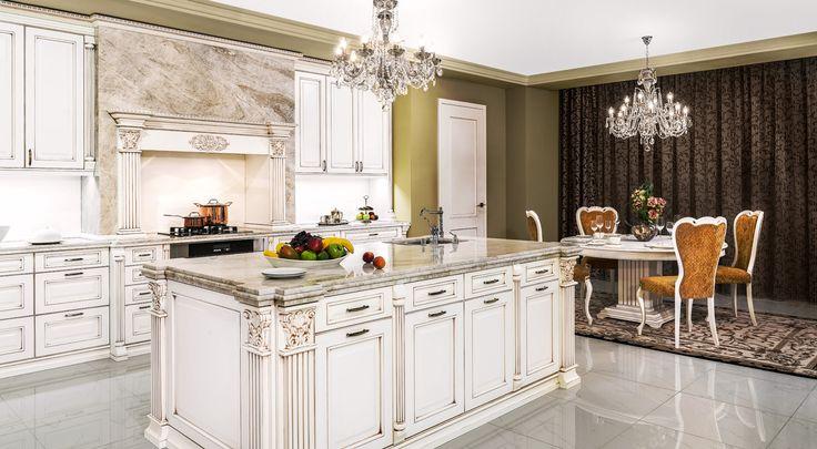 Elegantní bílá kuchyně Royal a charakteristické vysoce zdobné římsy a sloupky.