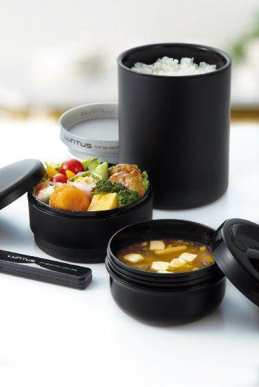 """Lunchbox-isotherme-Luntus- 40€ sur amazon. Contenance totale 1040ml (environ 1000kcal) Isothermes 390ml + 250ml (soupe) + classique 400ml Sac de transport isotherme et baguettes + boite à baguettes inclus Chaud de 7h à 13h (intérieur) Compartiments en plastique sans BPA compatibles micro-ondes. Avis: """"21 cm de hauteur. 3 compartiments (3 boîtes). 1 boite pour l'entrée, 1 pour la viande et 1 pour la garniture.""""."""
