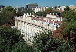 Palacio de Liria El Palacio de Liria es un gran edificio del siglo XVIII, residencia de la Casa de Alba en Madrid, España, y principal sede de su colección de arte y archivo histórico, ambos de incalculable valormuchos planos de la ciudad.