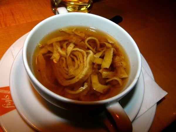 Frittatensuppe: zuppa di crespelle in brodo tedesca