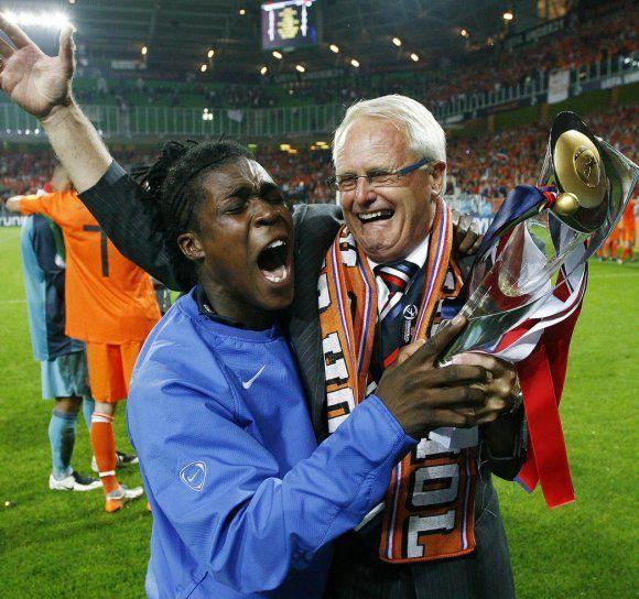 23-06-2007: Voetbal: Jong Oranje-Jong Servie: Groningen Royston Drenthe en Foppe de Haan vieren de overwinning. Foto: Cees van Hoogdalem